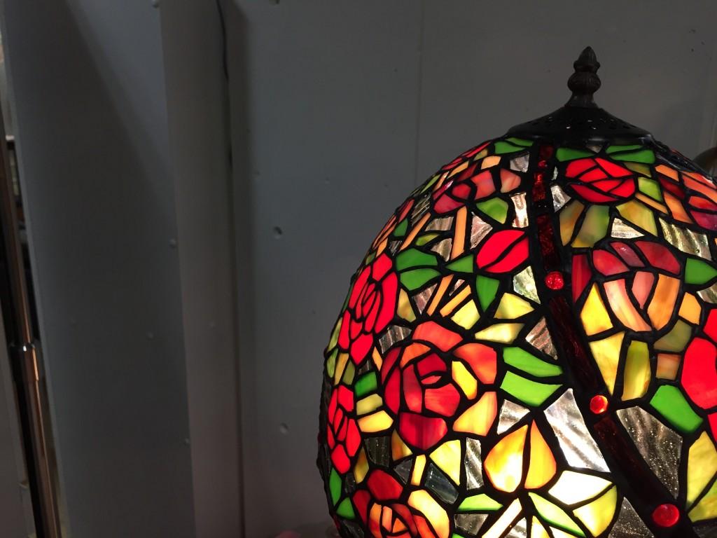 鮮やかなステンドグラスのランプ