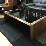 広い天板のクールなデザインのリビングテーブル
