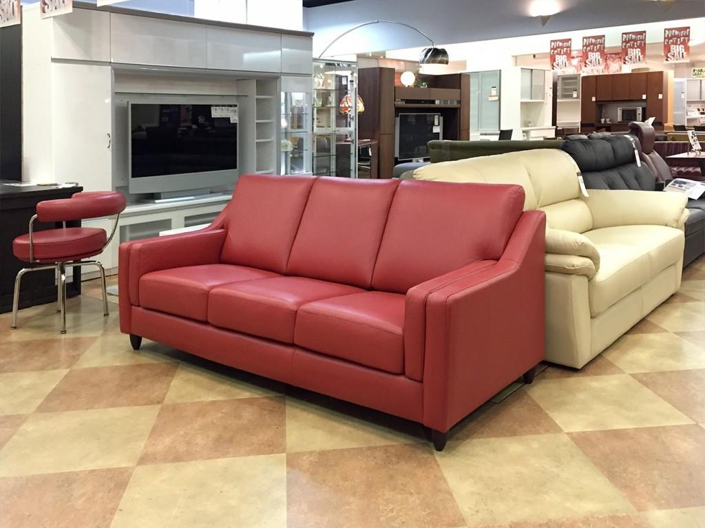 赤色のシャープなデザインの総革3Pソファー