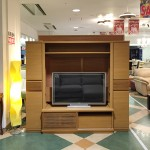 ナチュラルカラーのコンパクトな壁面型TVボード