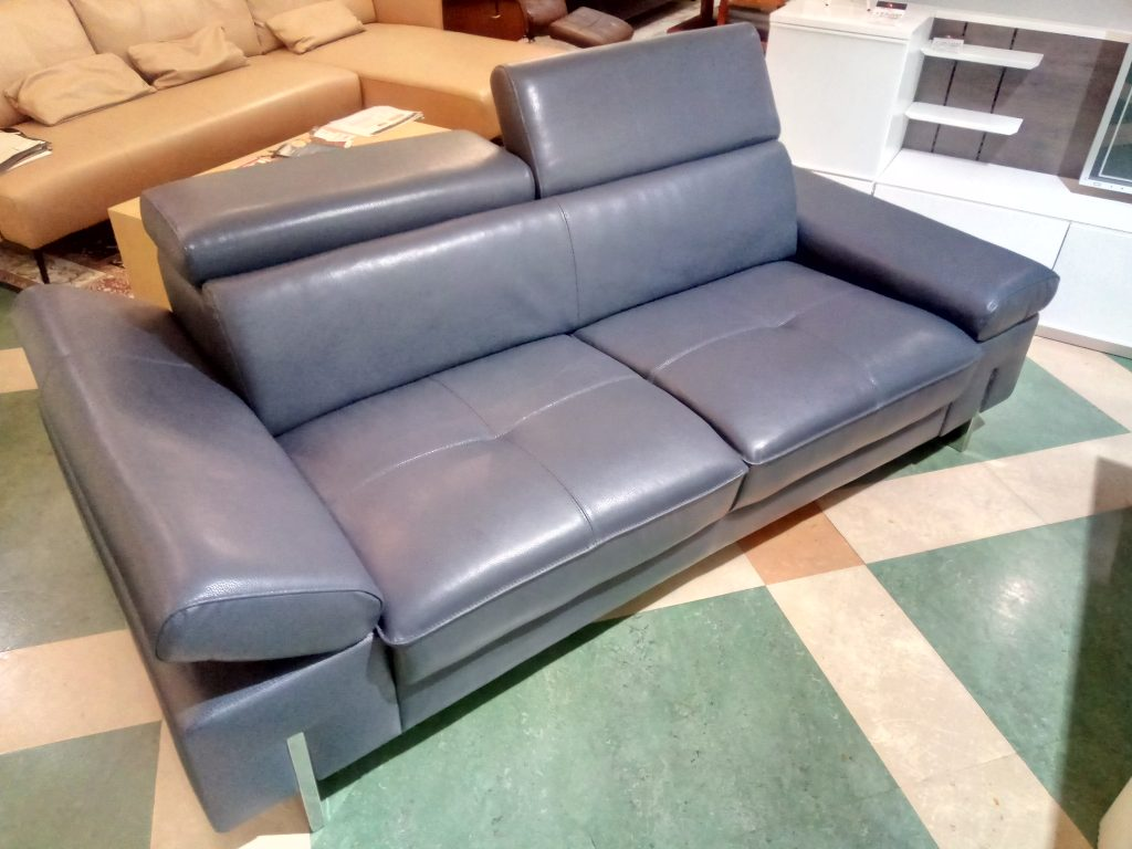 【Get神戸】ネイビーグレーのクールなソファ